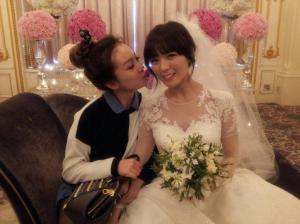 Wonder Girls' Sun posing with JYP labelmate JOO on her wedding day